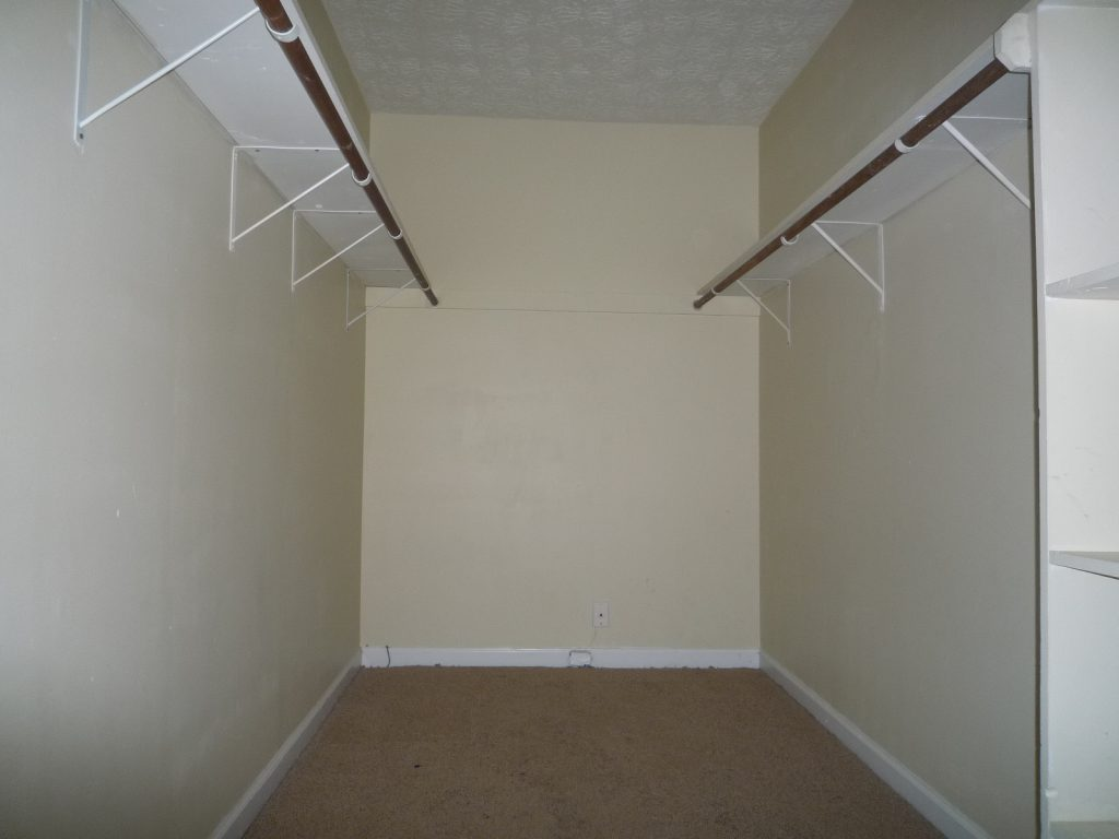 walk in Closet 17 ft